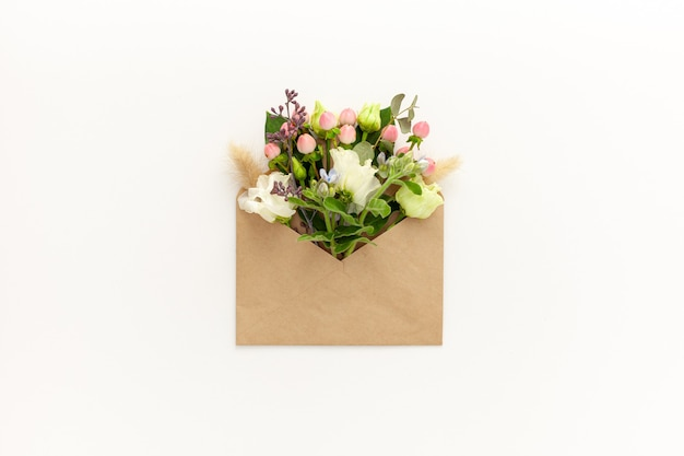 공예 봉투와 섬세한 꽃으로 구성