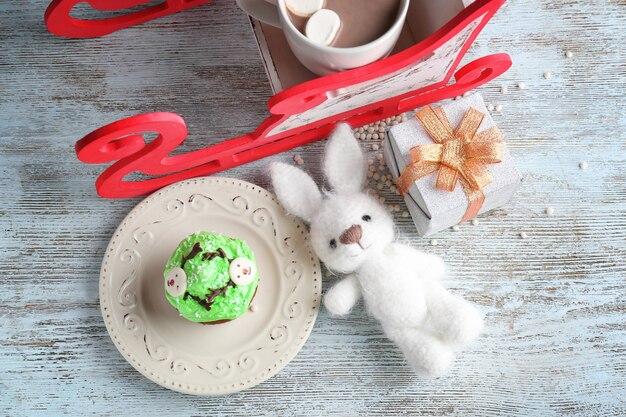 おいしいクリスマスカップケーキ、バニー、小さなギフトボックスで構成