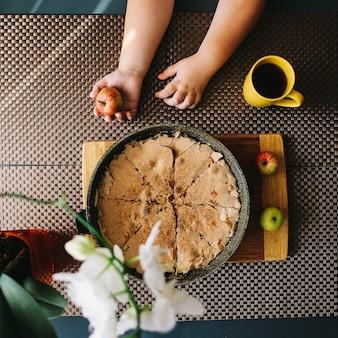 Композиция с вкусным свежеиспеченным яблочным пирогом и чашкой на столе