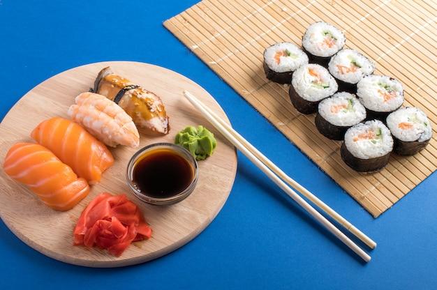 美味しい握り寿司とロールパンのコンポジション