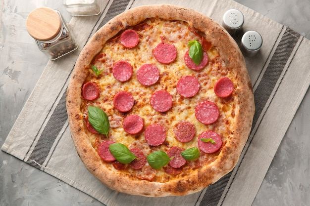 테이블에 맛있는 피자 구성