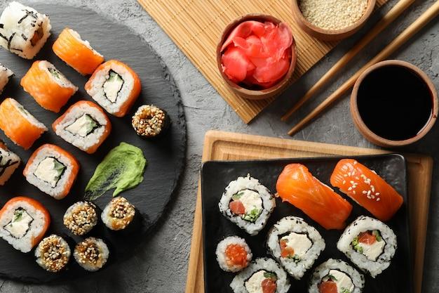 Композиция с вкусными суши роллами. японская еда