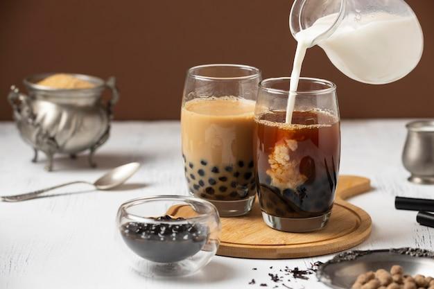 Composizione con deliziosa bevanda al tè tailandese