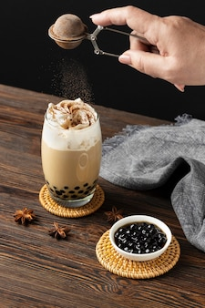 Composizione con delizioso tè tailandese