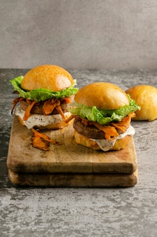 Composizione con delizioso hamburger vegano