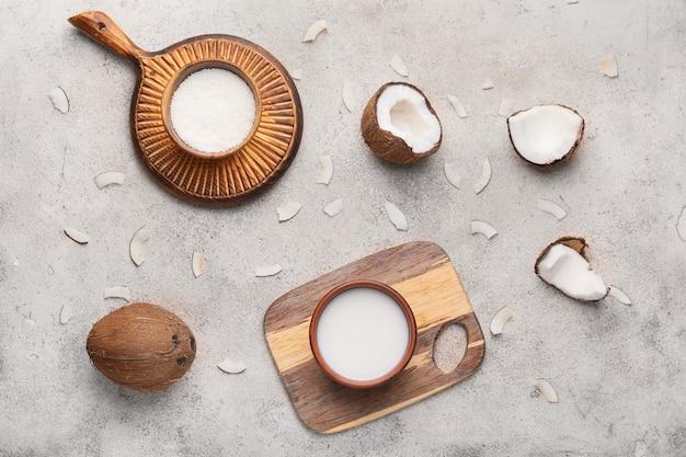 빛에 다른 코코넛 제품으로 구성