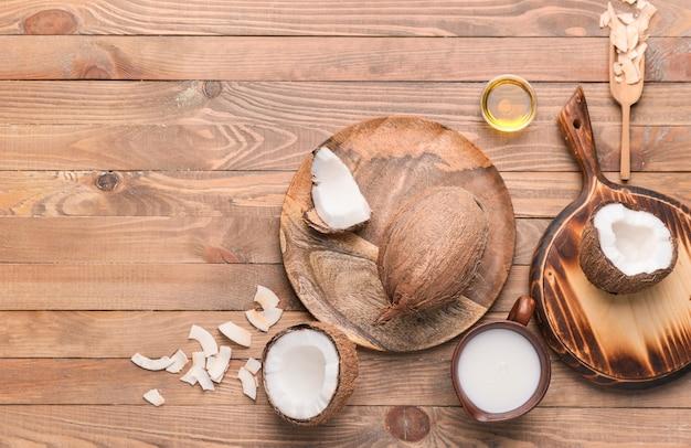 나무에 다른 코코넛 제품 구성