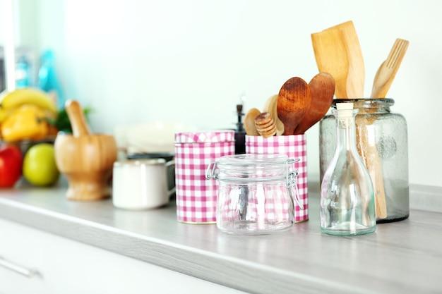 Композиция с различной посудой на деревянном столе на кухне
