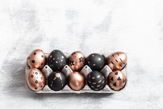 Композиция с пасхальными яйцами, раскрашенная в золотой и черный цвета