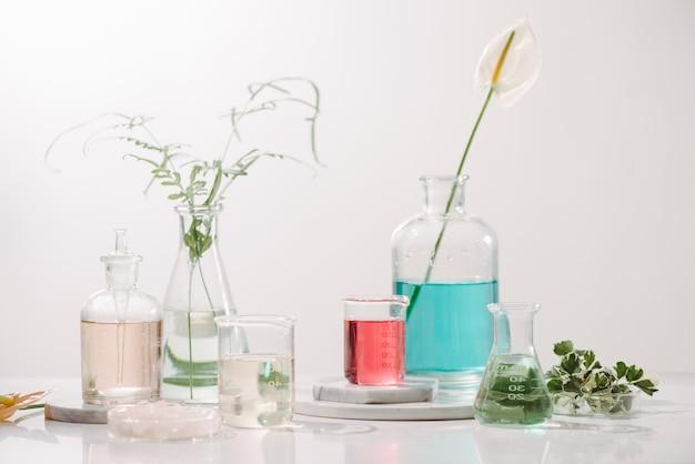 테이블에 에센셜 오일과 꽃으로 구성