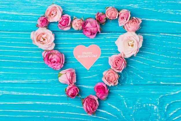 Композиция с цветочным сердцем и сердцем бумаги на день матери