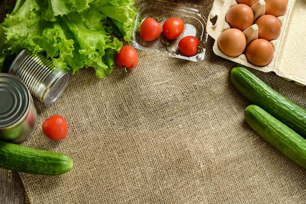 Композиция с продуктами питания на фоне мешковины с копией пространства.