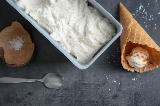 テーブルの上に新鮮なココナッツアイスクリームとの組成物
