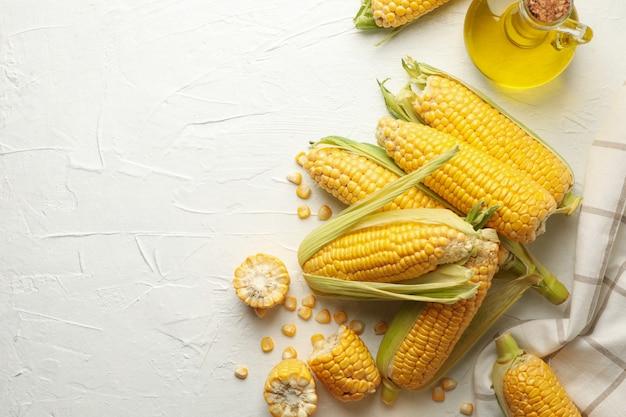 白の新鮮な生のトウモロコシと組成