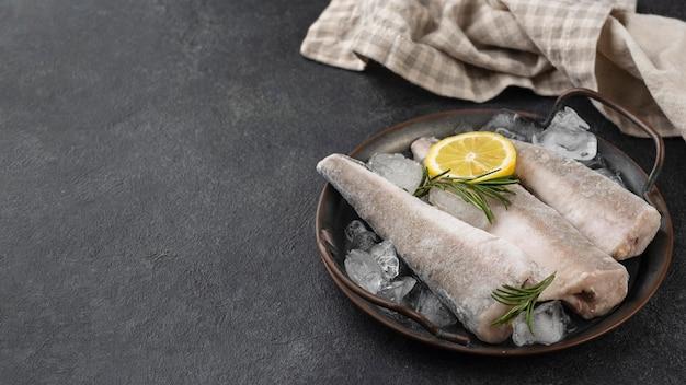 テーブルの上に凍った魚との構成