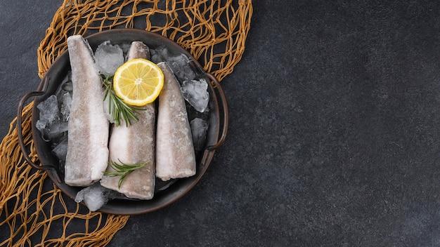 Композиция с замороженной рыбой на столе