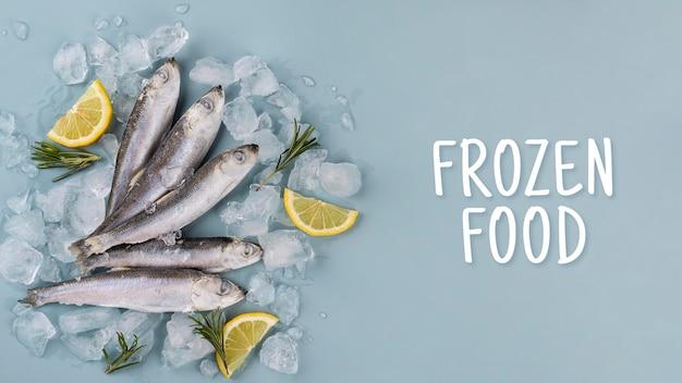 Composizione con pesce congelato sul tavolo