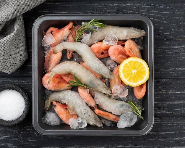 Композиция с замороженными морепродуктами на столе