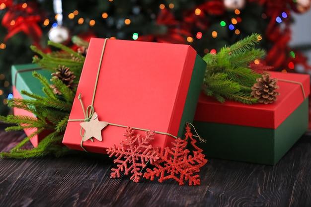 木製のテーブルにギフトボックスとクリスマスの装飾との構成
