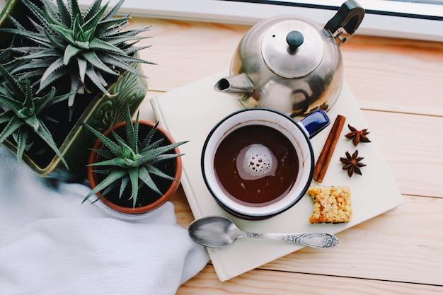 木製のテーブルにチョコレートミルクのガラスと組成