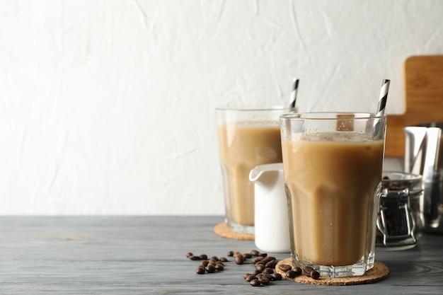 木製の背景にアイスコーヒーのグラスと組成