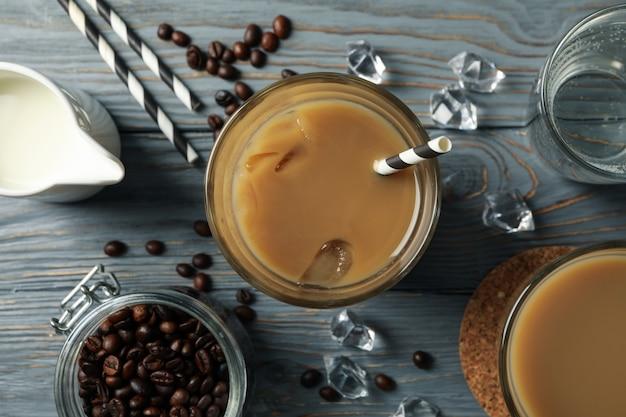 木製のアイスコーヒーのグラスと組成