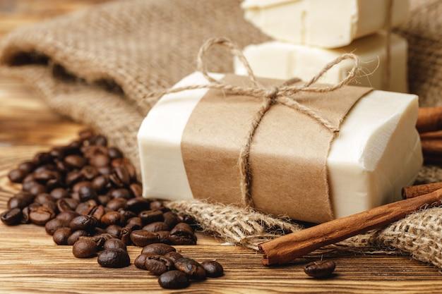 穀物のコーヒー、石鹸、木製のテーブルで構成をクローズアップ