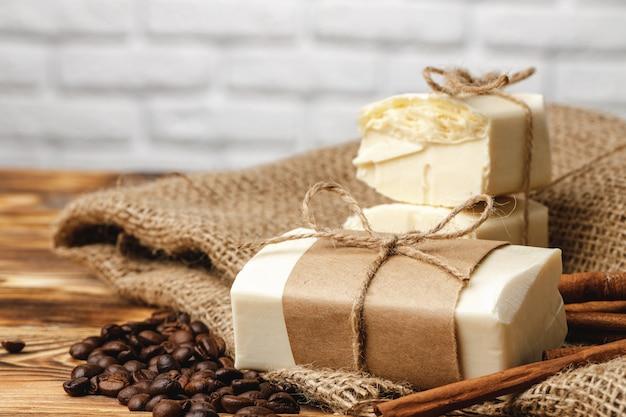 コーヒーの穀物、石鹸、木製のテーブルの構成をクローズアップ