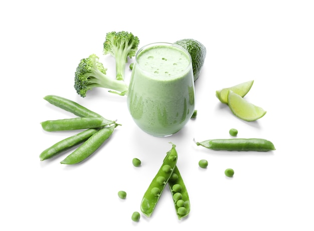 Композиция из зеленого смузи и свежих овощей