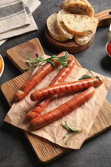 Композиция с жареными сосисками на кухонном столе