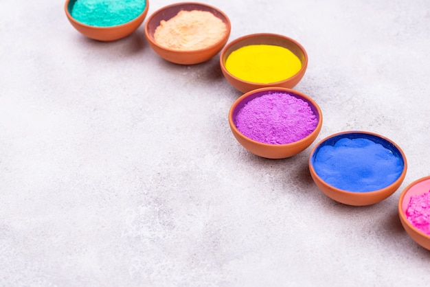 홀리 색채 축제를위한 gulal 안료로 구성