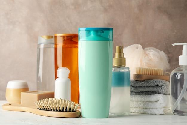 Композиция с продуктами по уходу за волосами на деревянном столе. пустое место для метки