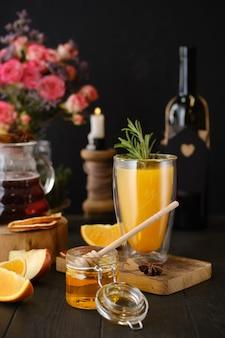 테이블에 재료와 허브 및 과일 뜨거운 알코올 음료로 구성