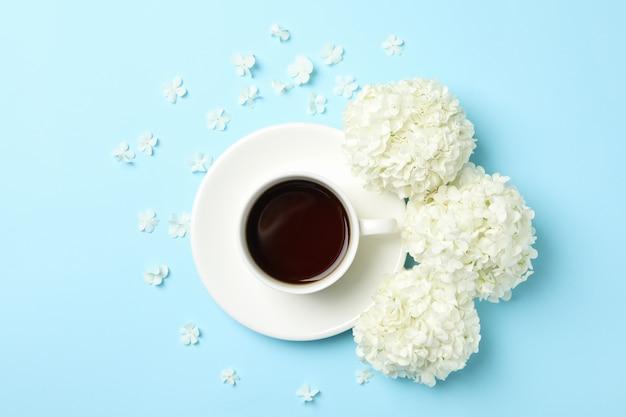 アジサイの花と青い空間でコーヒーと組成
