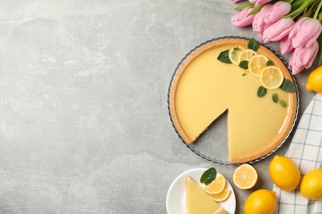 레몬 타르트와 회색 배경에 튤립 구성, 평면도