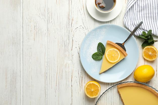 흰색 나무 바탕에 레몬 타르트 구성입니다. 달콤한 아침 식사