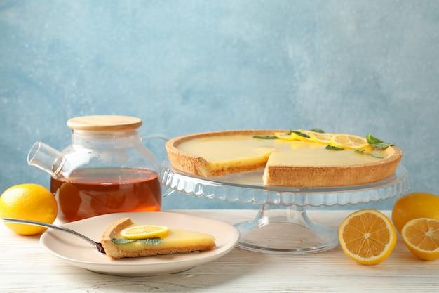 흰색 나무 테이블에 레몬 타르트 구성, 텍스트를위한 공간
