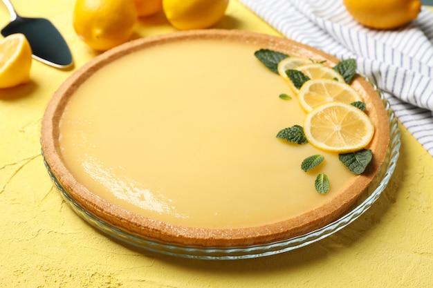 노란색 배경에 레몬 타르트 구성을 닫습니다.