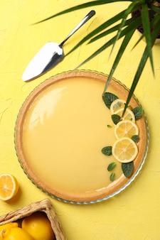 노란색 배경, 평면도에 레몬 타르트 구성
