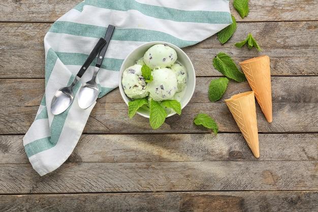 木製のテーブルにミントチョコチップアイスクリームとの組成物