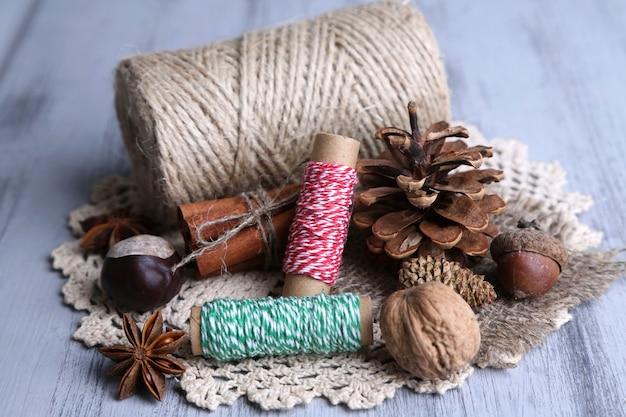 木製の背景に自然なバンプ、スレッド、シナモンスティックとの構成