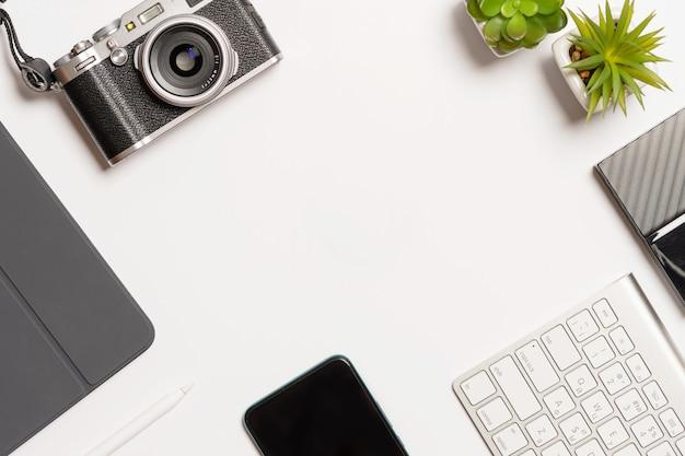 白い机の上のオフィス機器と構成