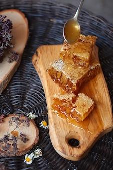 籐のテーブル、木の樹皮、健康的な食事の概念、上面図の上の天然木の丸太小屋での構成