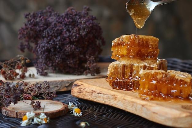 籐のテーブル、木の樹皮、健康的な食事の概念上の天然木の丸太小屋での構成