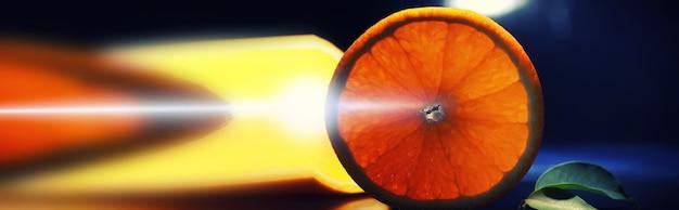黒の背景にオレンジとグレープフルーツのスライスとの構成。水滴と黒の背景にバックライトとオレンジのスライス。テーブルの上のジューシーなオレンジ。