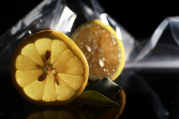 Композиция с дольками апельсина и грейпфрута на черном фоне