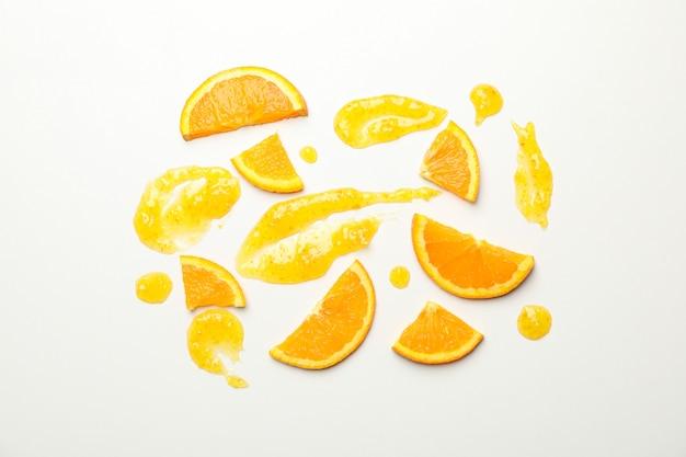 オレンジスライスと白のジャムのコンポジション