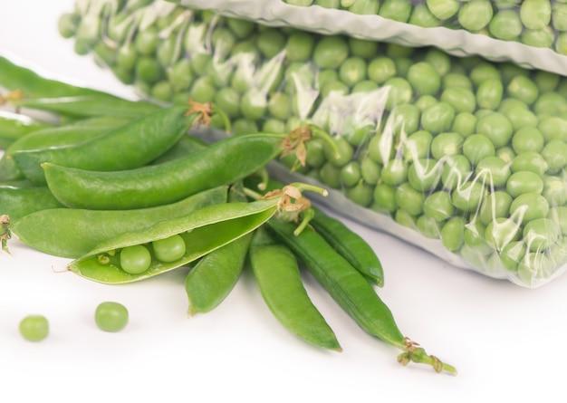 白い背景の上の有機冷凍野菜との構成。