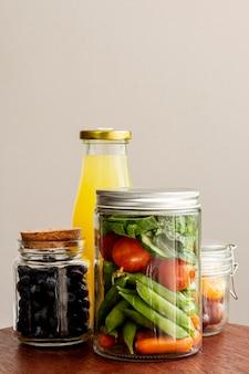 Composizione con cibo confezionato e bottiglia di succo
