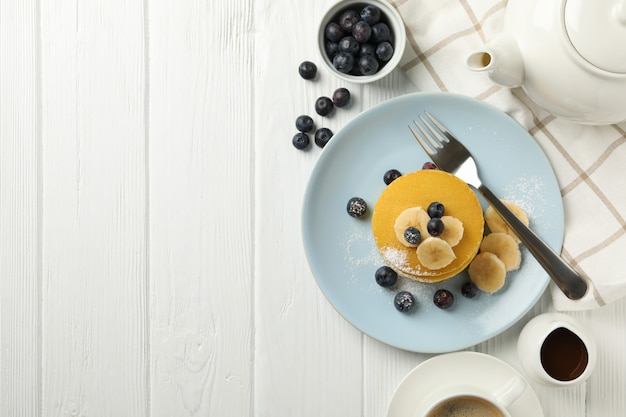 Композиция с блины, банан и черника на деревянных пространства. сладкий завтрак